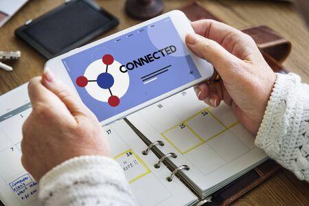 소셜 네트워크 온라인 커뮤니티와 연결된 휴대 전화