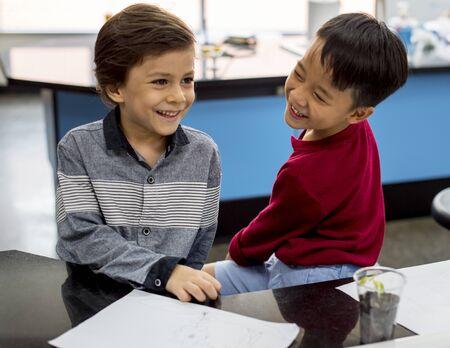 笑みを浮かべて 2 人の若い幼稚園男の子