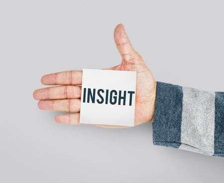 통찰력을 나타내는 스티커 메모가있는 손 스톡 콘텐츠