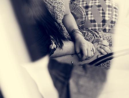Paar hand in hand samen Liefde tederheid