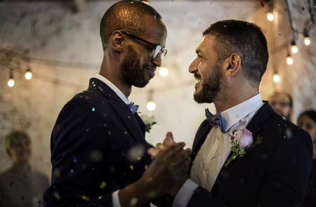 결혼식 축하에 신혼 게이 커플 춤의 근접 촬영 스톡 콘텐츠