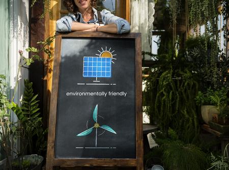 女性の立っているネットワーク接続グラフィック オーバーレイ黒板