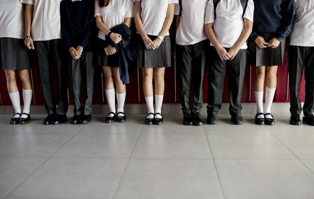 복도에 함께 서있는 학생들의 그룹 스톡 콘텐츠