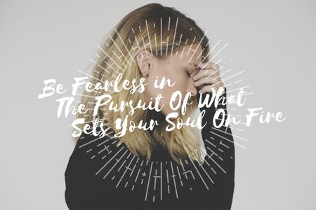 스트레스받는 여인의 배경에 불을 지르는 당신의 영혼을 찾아내는 것을 추구함에있어 두려워하지 마십시오.