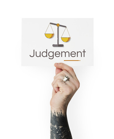 正義のスケールの権利や法律イラストのバナーを持っている手