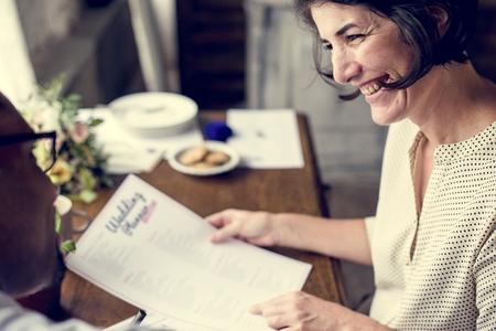 結婚式のプランナー チェックリスト情報準備両手