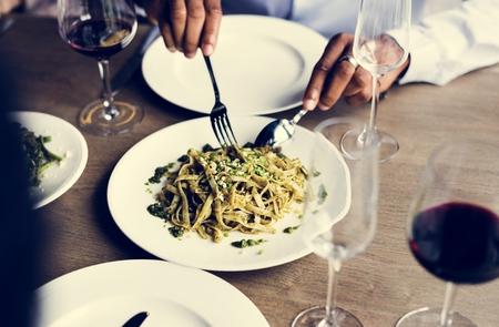 両手のナイフとフォークを皿から食べ物を得ること
