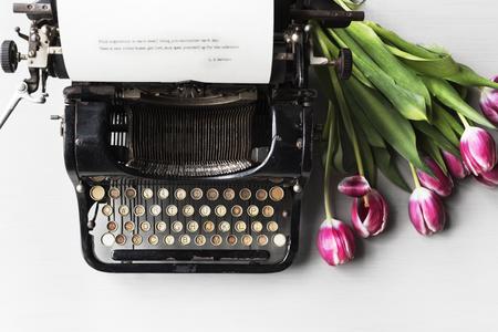 레트로 타자기 기계 튤립 꽃으로 오래 된 스타일