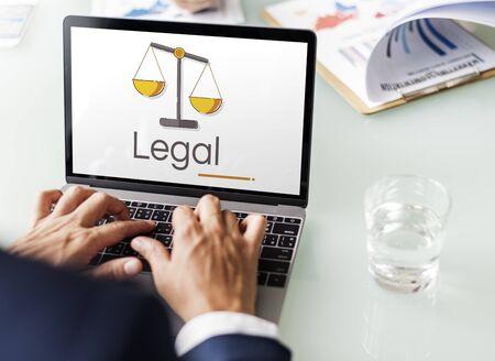 Abbildung der Gerechtigkeitsskalarechte und des Gesetzes über Laptop Standard-Bild - 81057970