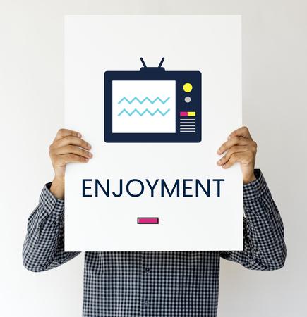 Man hält Banner von TV-Sendung Medien Unterhaltung Standard-Bild - 81058268