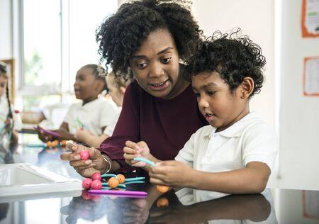 spolužák: Různí studenti mateřských škol drželi učební struktury z hraček Reklamní fotografie