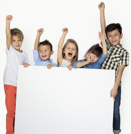 Copyspace ボードを示す子供たちのグループ