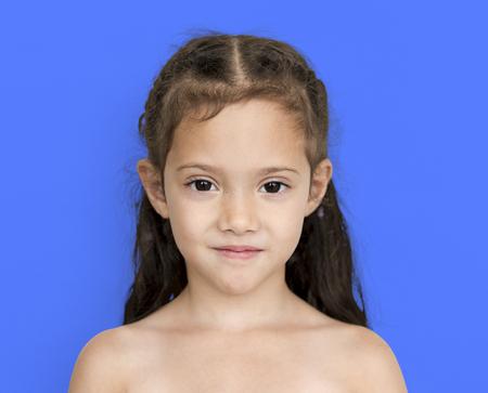 어색한 미소 어깨와 머리 초상화와 젊은 아시아 소녀