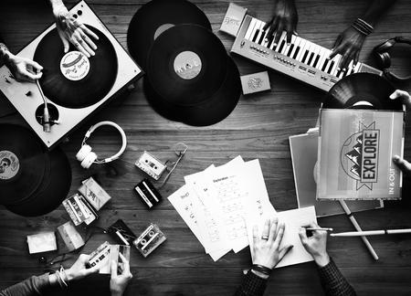 DJ のミキシングのオールドスクール クラシック音楽レコードのグループ