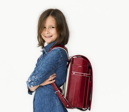 バックパックを持つ少女が微笑んでいます。 写真素材