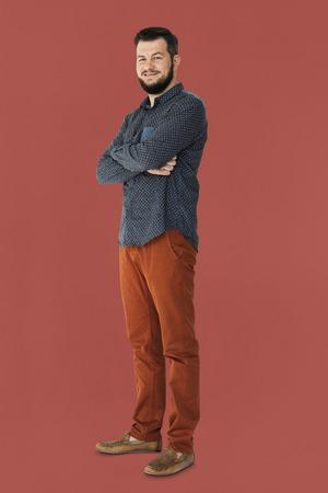 Confiant homme souriant et les bras croisés portrait en studio Banque d'images - 81218270