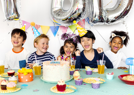 Group of kids celebrate birthday party together Banco de Imagens