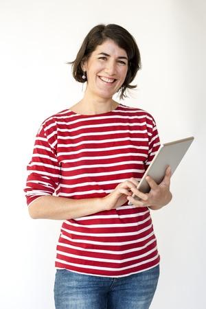 성인 여성 미소 사용 태블릿 스튜디오 초상화