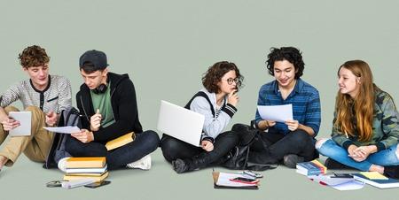 spolužák: Různí studenti dělají domácí úkoly společně Studio Portrait Reklamní fotografie