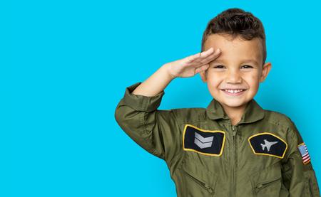 パイロットの夢仕事敬礼と笑みを浮かべて少年