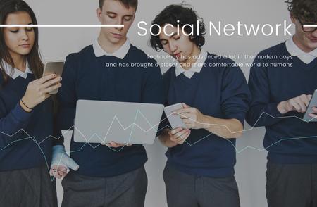 디지털 장치 네트워크 연결 그래픽에서 작업하는 학생 스톡 콘텐츠 - 81106911