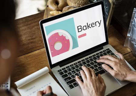 노트북에 달콤한 디저트 도넛 과자의 그림