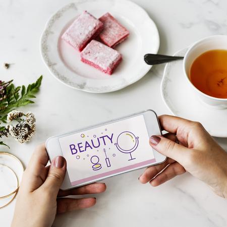 Illustration der Schönheit Kosmetik Makeover Hautpflege auf Handy Standard-Bild - 81132837