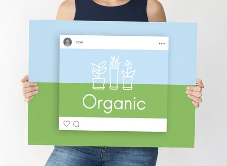 Vrouw met netwerk grafische overlay billboard