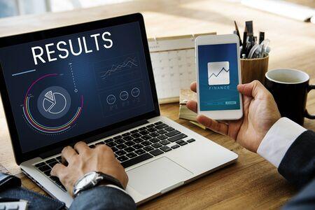 ビジネス グラフ データ解析のラップトップ上のグラフィック 写真素材 - 81133256