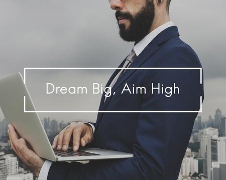 Homme d'affaires avec un grand rêve, viser un concept élevé