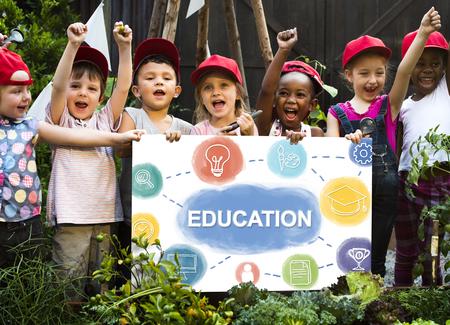 les enfants aiment l & # 39 ; éducation des enfants de la protection terrain de
