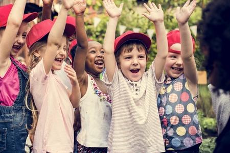 Gruppe verschiedene Kinderhände, die freundlich zusammen oben anheben