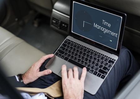 시계 및 시간 아이콘이있는 노트북을 사용하는 사람들