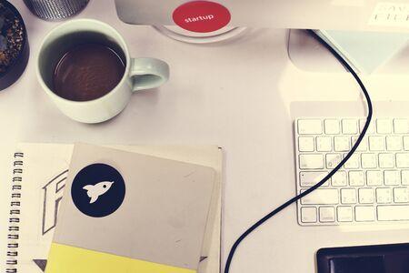 スタートアップ ブランド ロゴ創造的なデザインのアイデア ノート