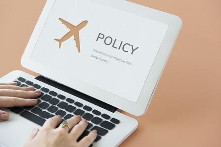 Illustration der Luftfahrt Lebensversicherung Reisereise auf Laptop Standard-Bild - 81439941