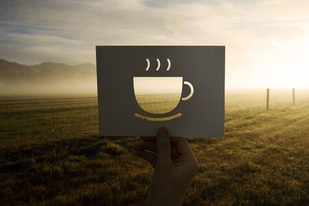 커피를 쏟은 종이 한잔으로 새로운 하루를 시작하십시오.