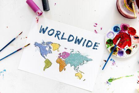 Cartografie wereldkaart tekening met kunst klasse Stockfoto - 81454767