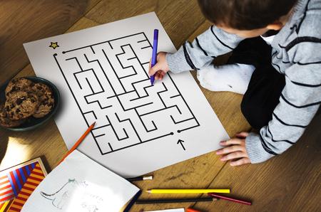 Kinderen oplossen enigma-concept kaart Stockfoto