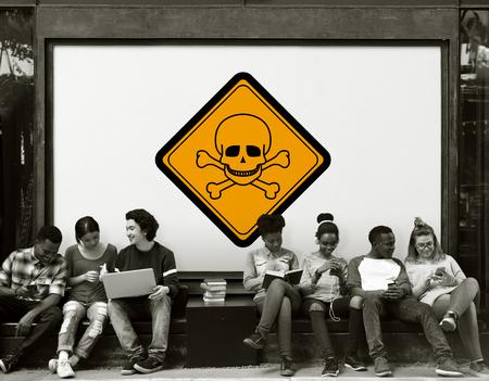 一緒に毒危険注意バナーの背後に座っている友人のグループ 写真素材