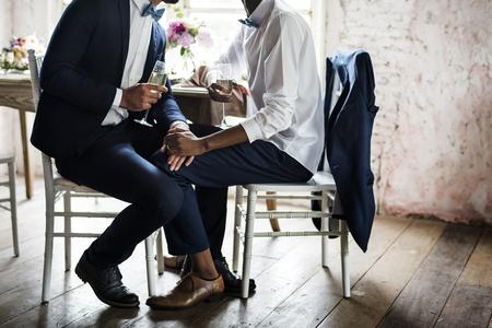 Close-up van de homo paar hand in hand samen te zitten