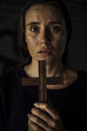 Manos de mujer adulta con Cruz orando por Dios Religión Foto de archivo - 81377832