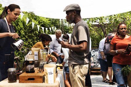 바리 스타 맨 만들기 드립 커피 쇼 스톡 콘텐츠