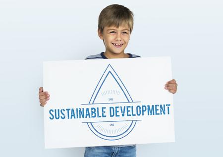 niños reciclando: Global Water Conservation Day March 22 Foto de archivo