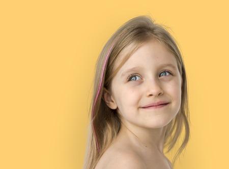 幸福裸の胸トップレス スタジオ ポートレートの笑顔の少女