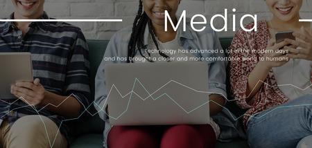 Menschen arbeiten an digitalen Geräten Netzwerkverbindung Grafik Standard-Bild - 81476541