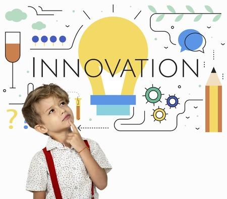 創造アイデア電球のイラストの小さな男の子