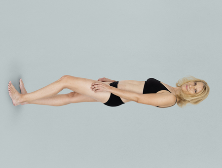 青の背景に白人金髪女性モデル