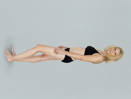 Kaukasisch blonde vrouwelijk model op blauwe achtergrond
