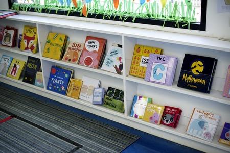 幼児の棚の本を物語します。