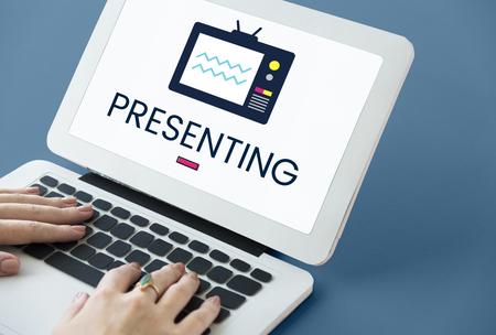 Illustration von TV-Broadcast-Medien Unterhaltung auf dem Laptop Standard-Bild - 81652646